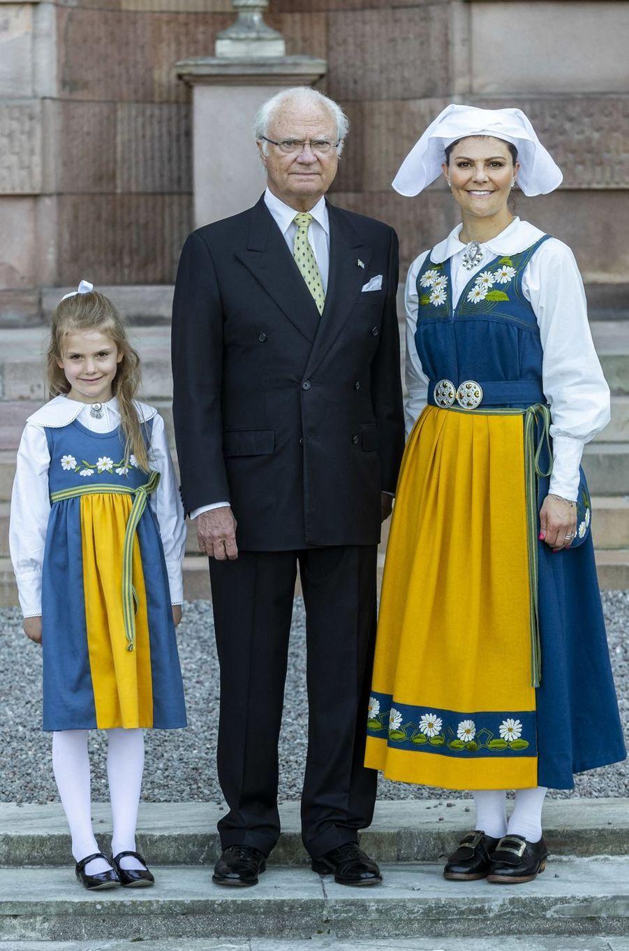 Le roi Carl XVI Gustaf de Suède et ses deux héritières les princesses Victoria et Estelle à Stockholm, le 6 juin 2019