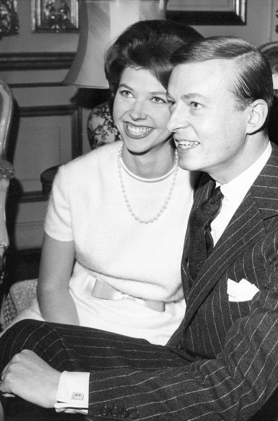 La princesse Désirée de Suède et le baron Niclas Silfverschiöld lors de leurs fiançailles, le 19 décembre 1963