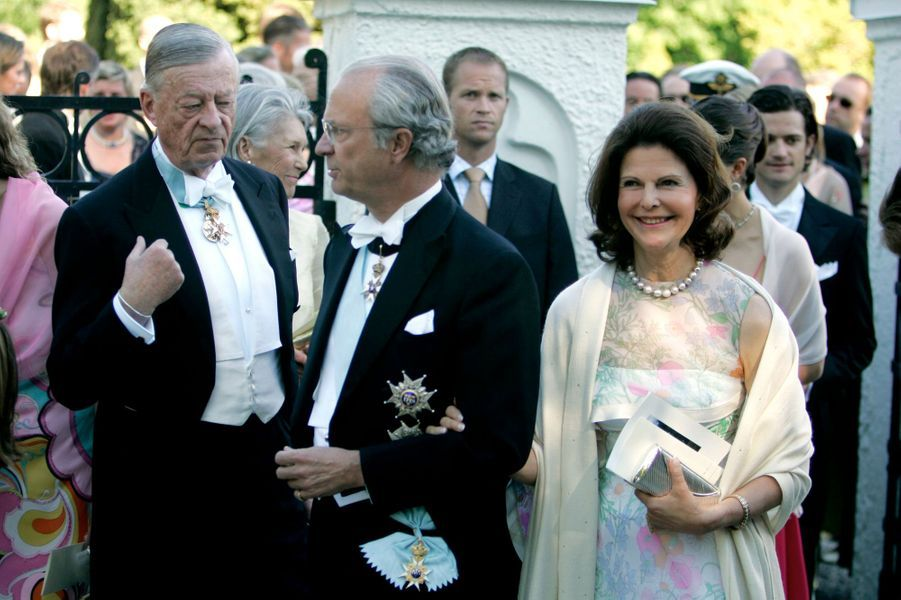 Le baron Niclas Silfverschiöld avec le roi Carl XVI Gustaf de Suède et la reine Silvia, le 18 juin 2005