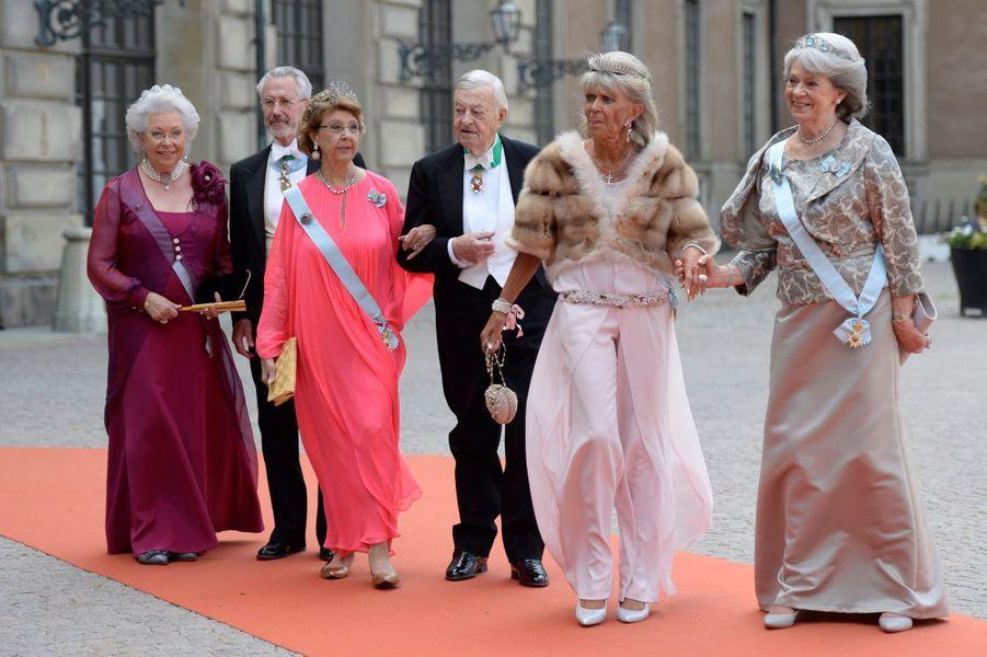 Le baron Niclas Silfverschiöld (au centre) avec sa femme la princesse Désirée de Suède, les trois soeurs de celle-ci et le mari de la princesse Christina, lors du mariage du prince Carl Philip le 13 juin 2015