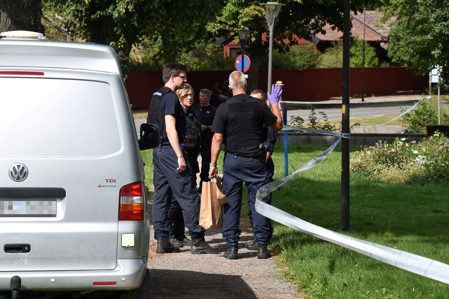 Deux hommes ont commis un audacieux vol de bijoux anciens appartenant à la famille royale de Suède dans une cathédrale, avant de s'enfuir en bateau, ont annoncé les autorités suédoises, toujours à leur recherche mercredi.