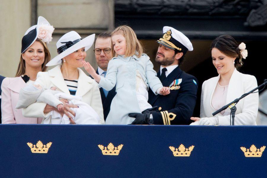 La princesse Estelle de Suède avec la famille royale à Stockholm, le 30 avril 2016
