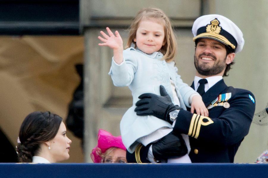 La princesse Estelle de Suède avec la princesse Sofia et le prince Carl Philip à Stockholm, le 30 avril 2016