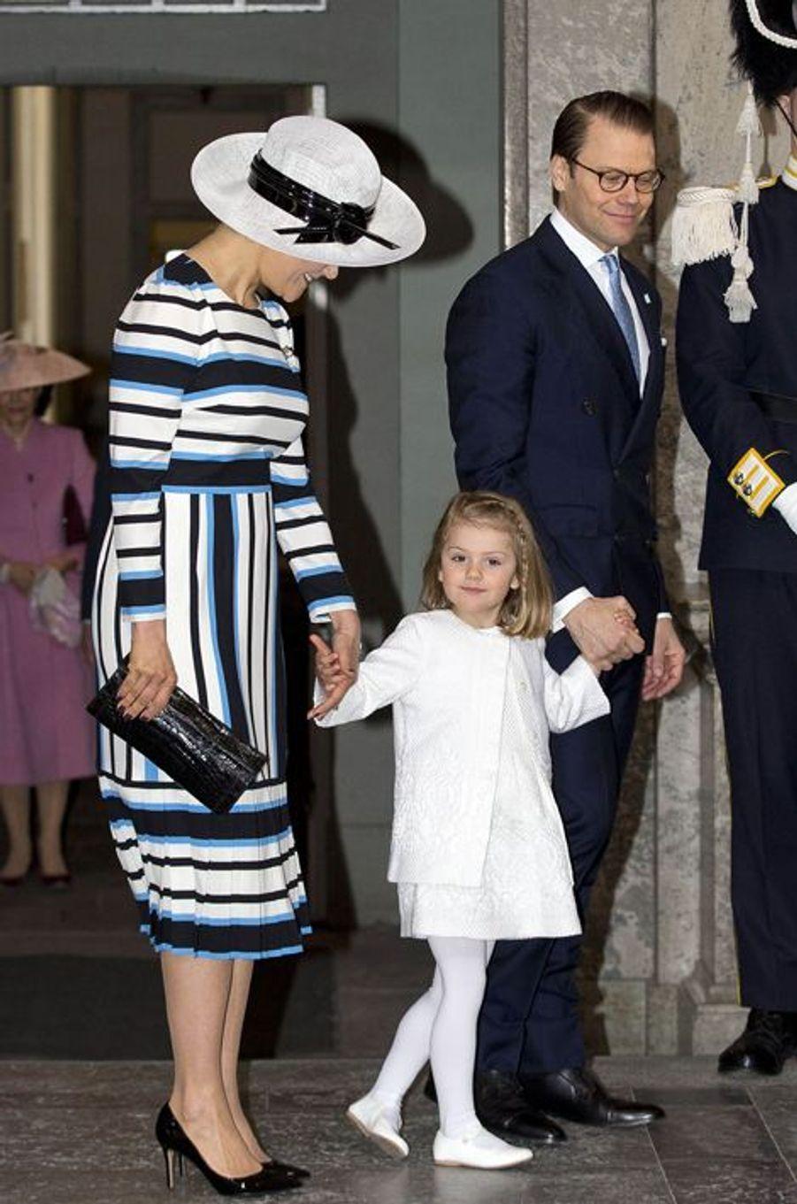 La princesse Estelle de Suède avec la princesse Victoria et le prince Daniel à Stockholm, le 30 avril 2016