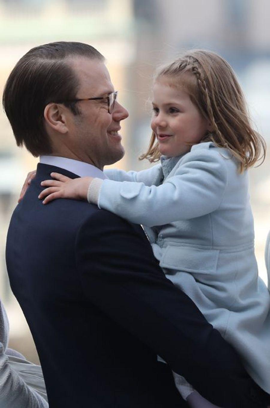 La princesse Estelle de Suède avec le prince Daniel à Stockholm, le 30 avril 2016