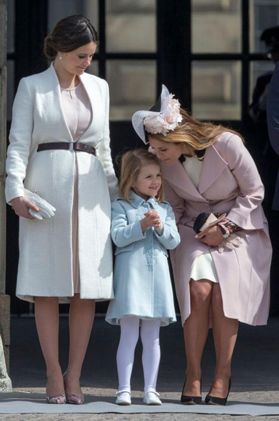 La princesse Estelle de Suède avec les princesses Sofia et Madeleine à Stockholm, le 30 avril 2016
