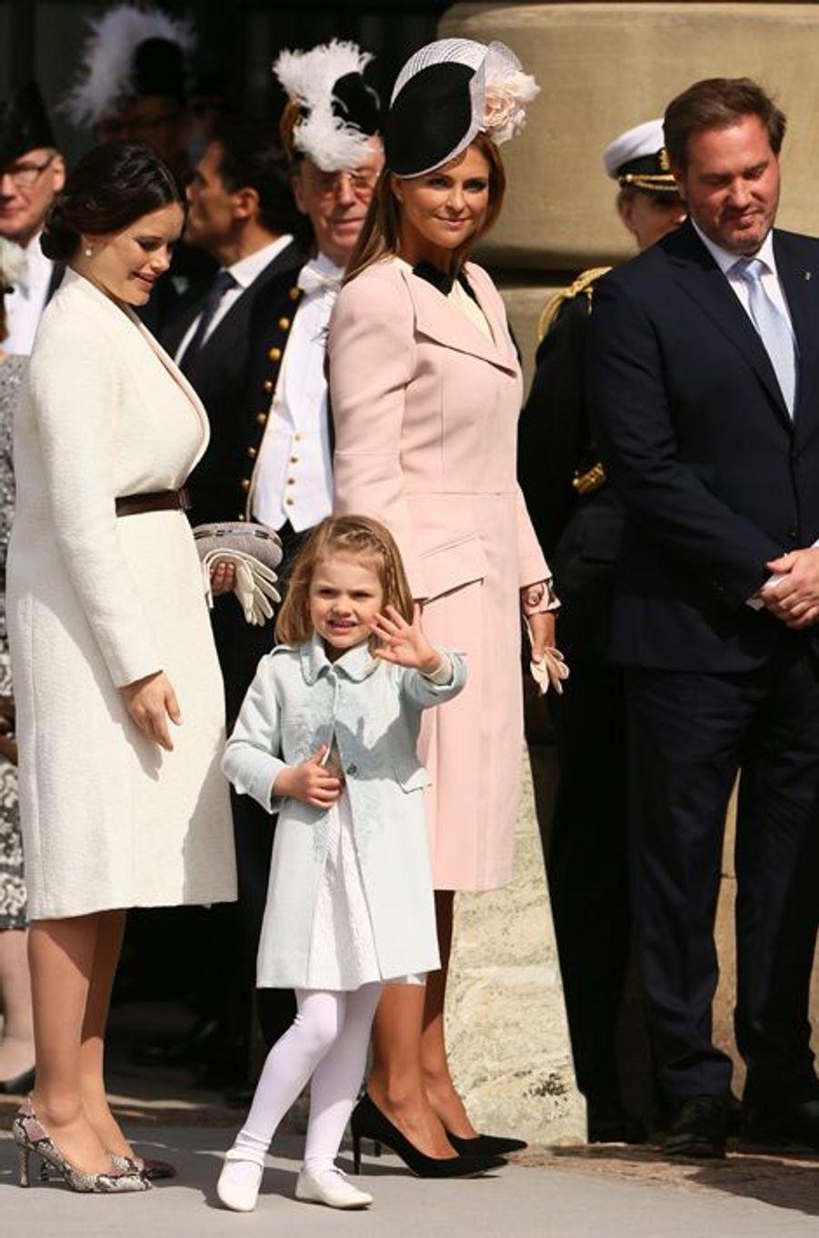 La princesse Estelle de Suède avec les princesses Sofia et Madeleine et Christopher O'Neill à Stockholm, le 30 avril 2016