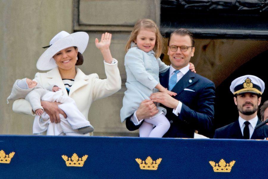 La princesse Estelle de Suède avec ses parents et le prince Carl Philip à Stockholm, le 30 avril 2016