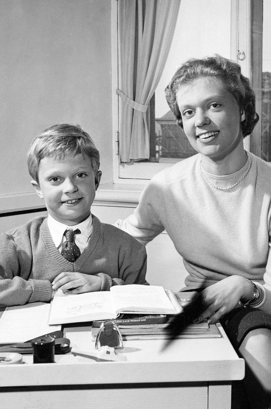 La princesse Birgitta de Suède, avec son frère le futur roi Carl XVI Gustaf âgé de 10 ans, en avril 1956