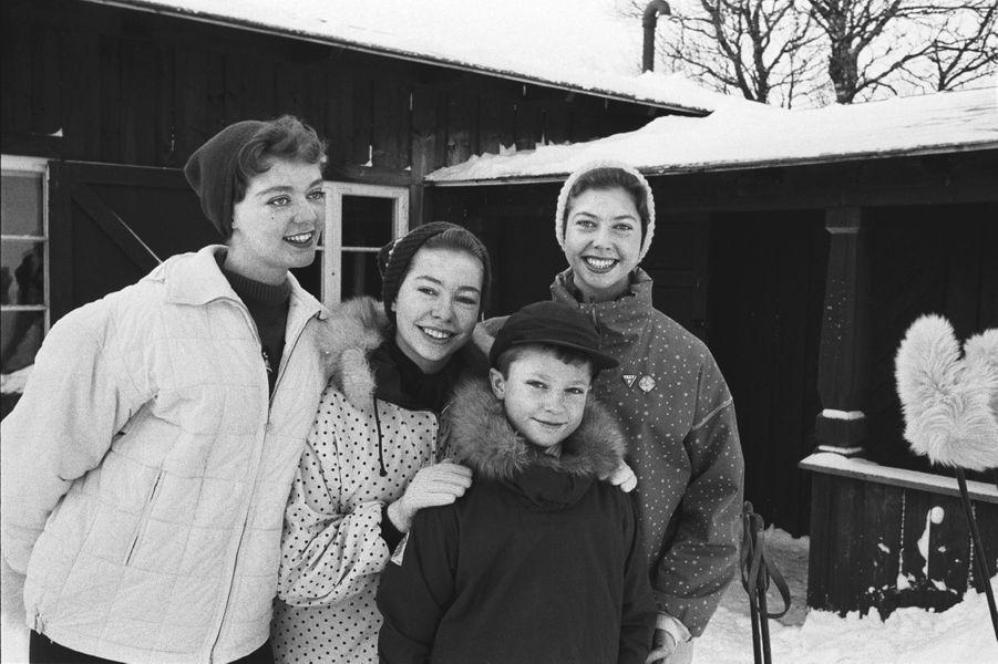 La princesse Christina de Suède (au centre) avec ses soeurs les princesses Birgitta et Désirée et leur frère le prince Carl Gustaf, en 1959