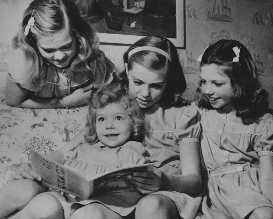 La princesse Christina de Suède avec ses trois grandes soeurs Birgitta, Margaretha et Désirée. Photo non datée