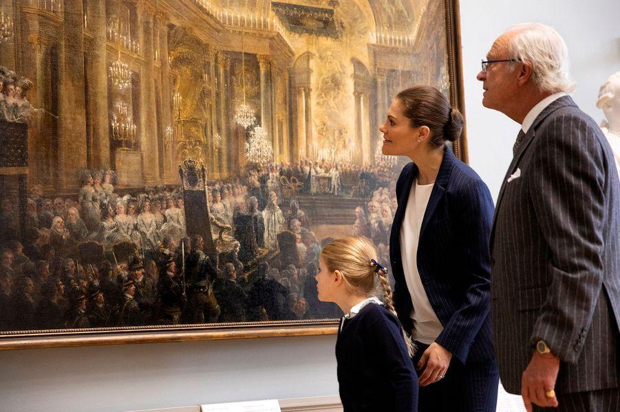 Les princesses Estelle et Victoria et le roi Carl XVI Gustaf de Suède au Nationalmuseum à Stockholm, en octobre 2018