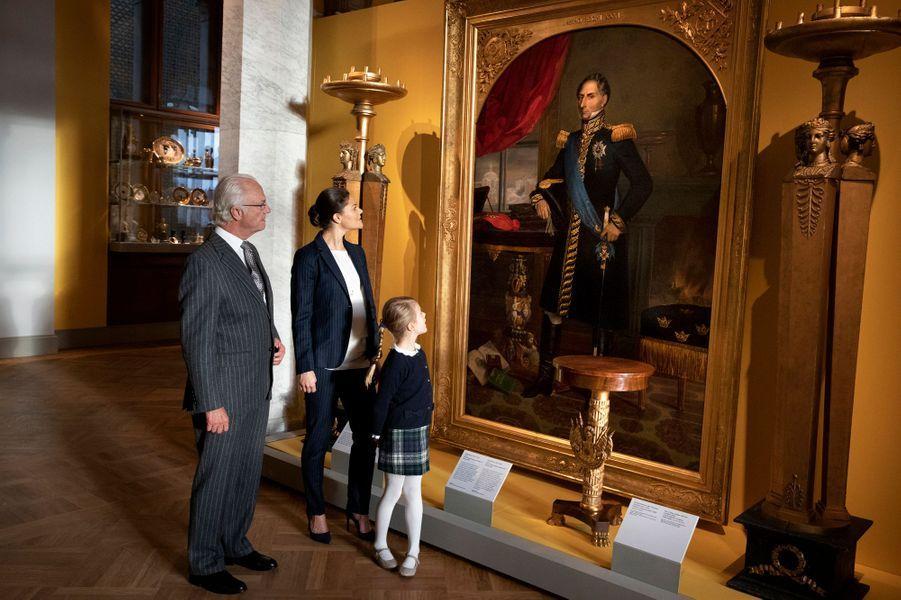 Les princesses Victoria et Estelle et le roi Carl XVI Gustaf de Suède à Stockholm, en octobre 2018