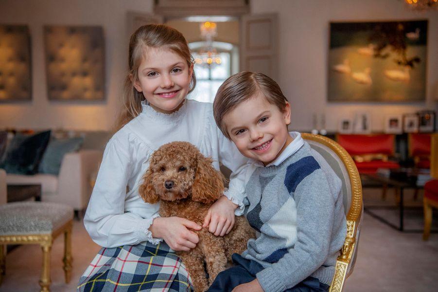 La princesse Estelle de Suède avec son petit frère le prince Oscar et leur chien Rio au château de Haga à Solna. Photo diffusée pour ses 9 ans, le 23 février 2021
