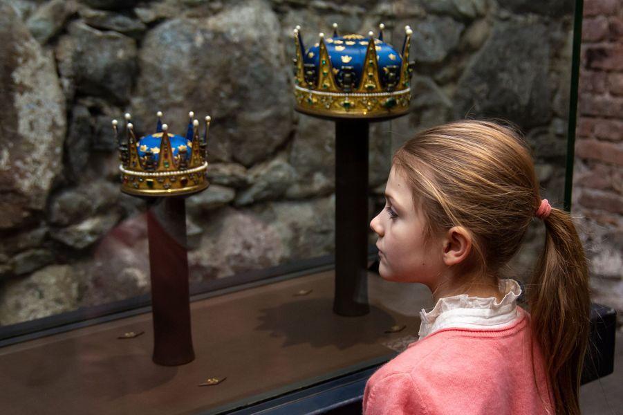 La princesse Estelle de Suède devant la couronne des princesses Madeleine et Adrienne et du prince Nicolas, et celle du prince Alexander, à Stockholm le 8 janvier 2019
