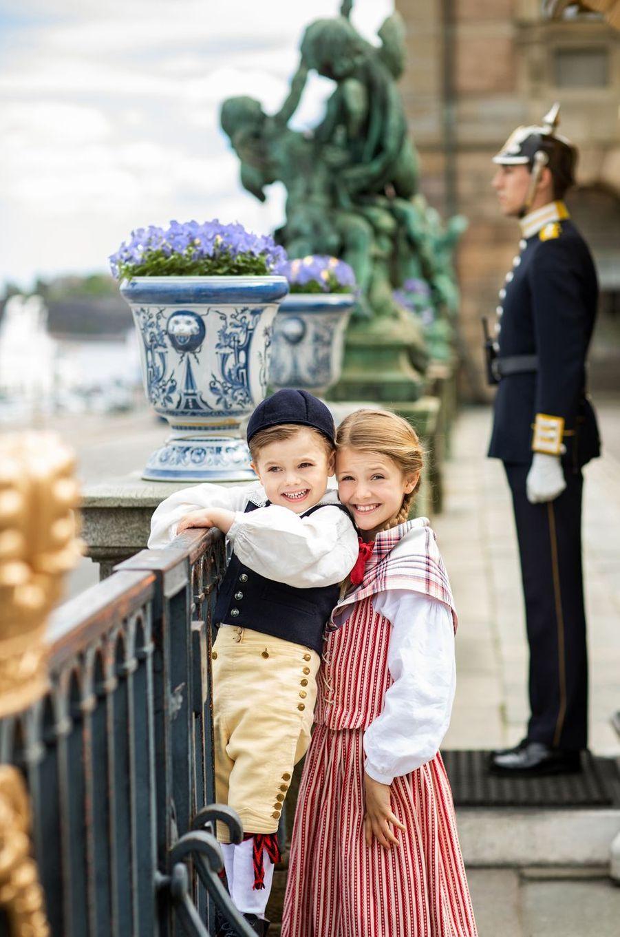 Le prince Oscar et la princesse Estelle de Suède dans la tenue de leur duché respectif à Stockholm, début juin 2020