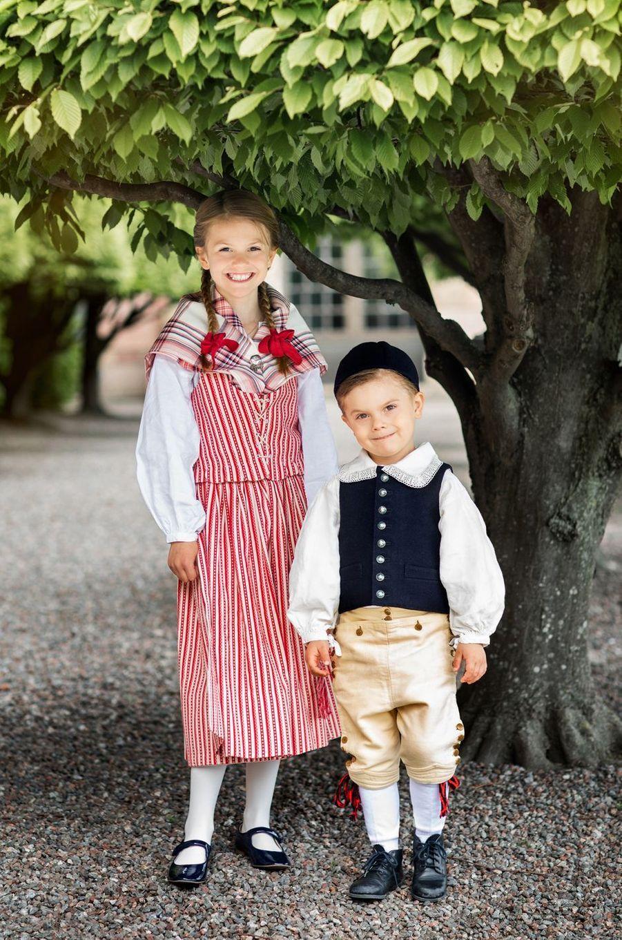 La princesse Estelle et le prince Oscar de Suède dans la tenue de leur duché respectif à Stockholm, début juin 2020