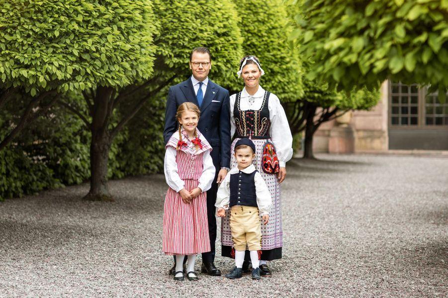 La princesse héritière Victoria et le prince consort Daniel avec leurs enfants à Stockholm, début juin 2020