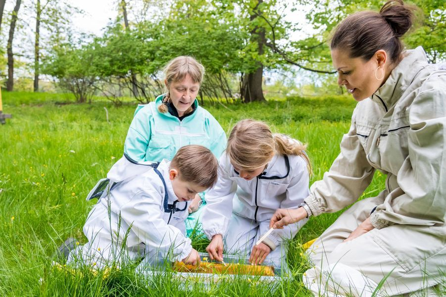 La princesse héritière Victoria de Suède et ses enfants la princesse Estelle et le prince Oscar dans le parc de Haga à Solna, le 18 mai 2020
