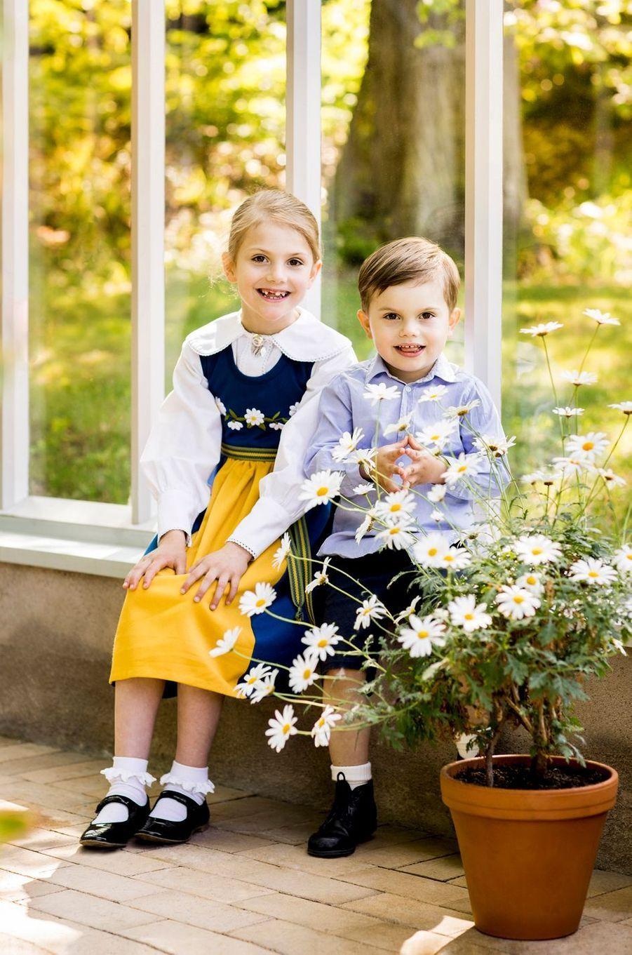 La princesse Estelle et le prince Oscar de Suède au château de Haga à Solna dans la banlieue de Stockholm, le 6 juin 2019