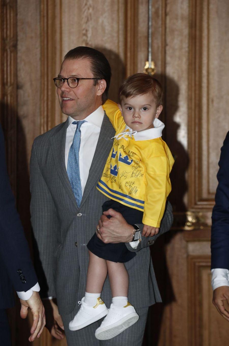 Les princes Daniel et Oscar de Suède à Stockholm, le 21 mai 2018