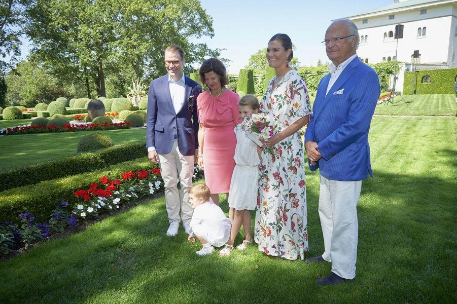 Les princesses Victoria et Estelle, les princes Daniel et Oscar, la reine Silvia et le roi Carl XVI Gustaf de Suède au château de Solliden sur l'île d'Öland, le 14 juillet 2019