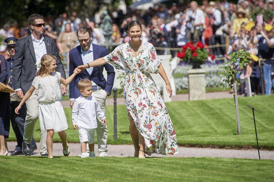 La princesse Victoria de Suède et le prince Daniel avec leurs enfants au château de Solliden sur l'île d'Öland, le 14 juillet 2019