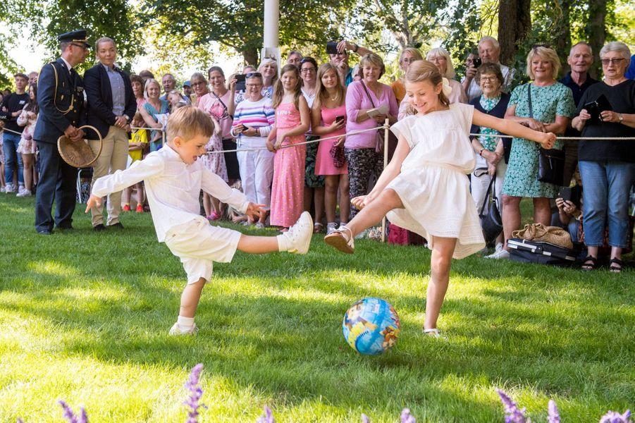 La princesse Estelle et le prince Oscar de Suède au château de Solliden sur l'île d'Öland, le 14 juillet 2019
