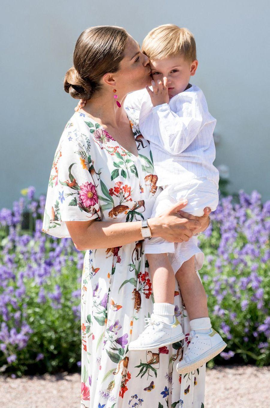 La princesse Victoria de Suède et son fils le prince Oscar au château de Solliden sur l'île d'Öland, le 14 juillet 2019