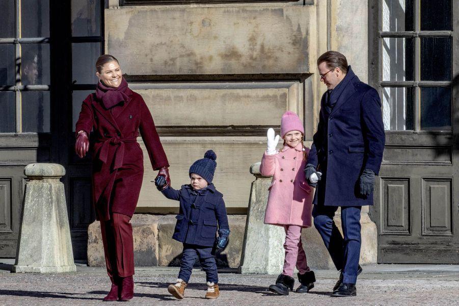 La princesse Victoria et le prince Daniel de Suède avec leurs enfants, à Stockholm le 12 mars 2019