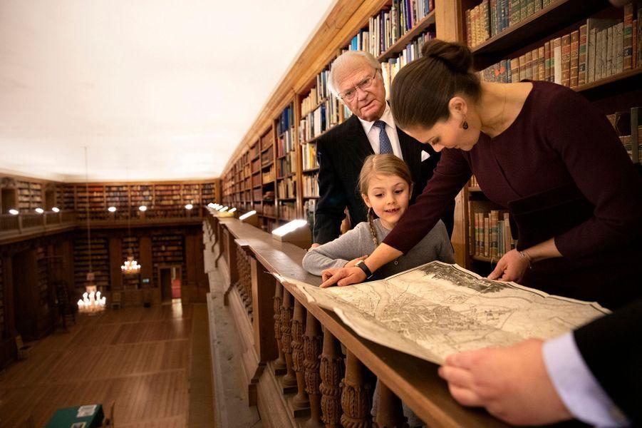Les princesses Estelle et Victoria et le roi Carl XVI Gustaf de Suède dans la bibliothèque Bernadotte à Stockholm, le 21 janvier 2019
