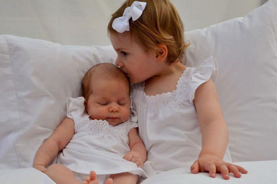 Les princesses Leonore et Estelle de Suède, photo postée par la princesse Madeleine sur sa page Facebook le 24 avril 2014