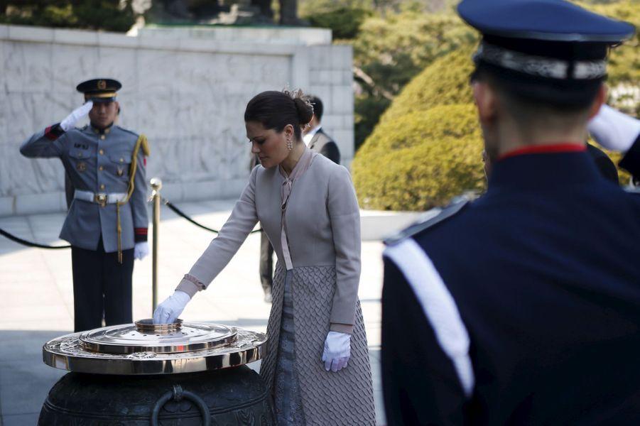 La princesse Victoria de Suède au Cimetière national de Séoul, le 24 mars 2015
