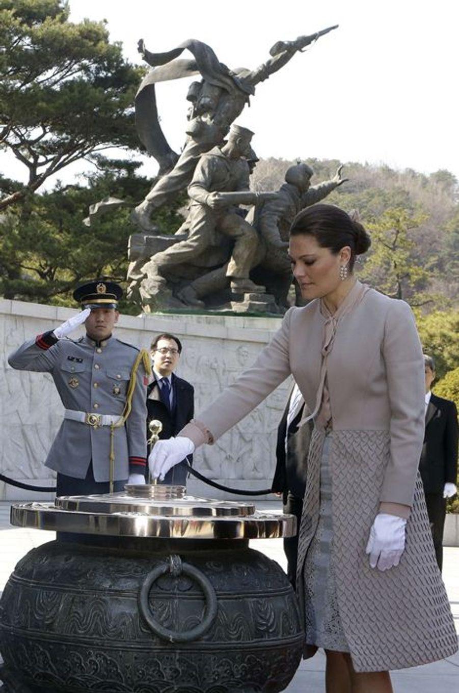 La princesse Victoria de Suède au Cimetière national de Seoul, le 24 mars 2015