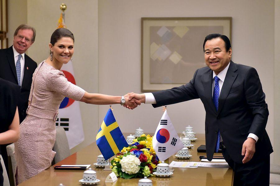 La princesse Victoria de Suède avec le premier ministre de Corée du Sud Lee Wan-Koo à Seoul, le 24 mars 2015