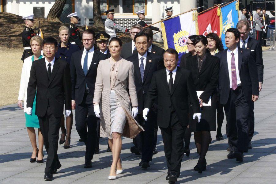 La princesse Victoria de Suède et le prince Daniel au Cimetière national de Seoul, le 24 mars 2015