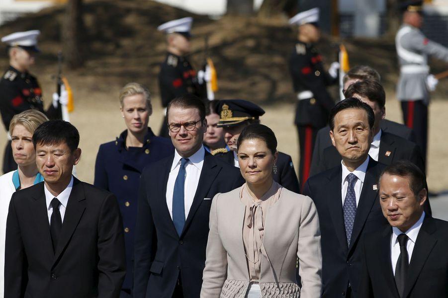 La princesse Victoria de Suède et le prince Daniel au Cimetière national de Séoul, le 24 mars 2015