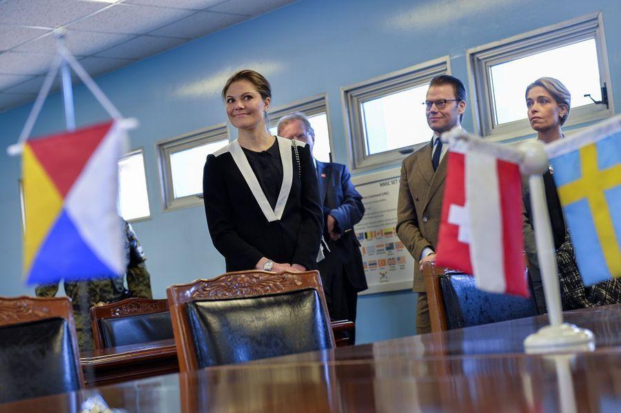 La princesse Victoria de Suède et le prince Daniel dans la zone commune de sécurité de Panmunjom, le 23 mars 2015