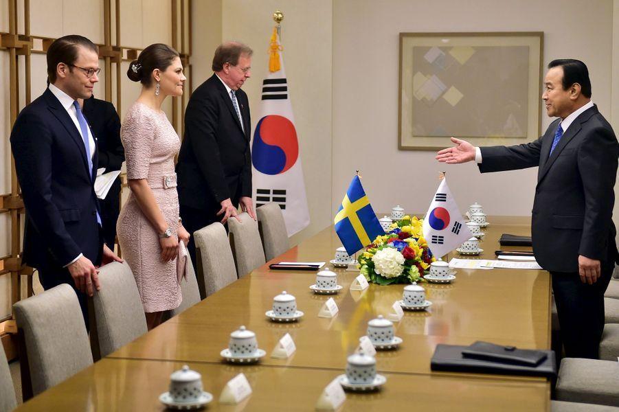 La princesse Victoria et le prince Daniel avec le premier ministre Lee Wan-Koo à Séoul, le 24 mars 2015