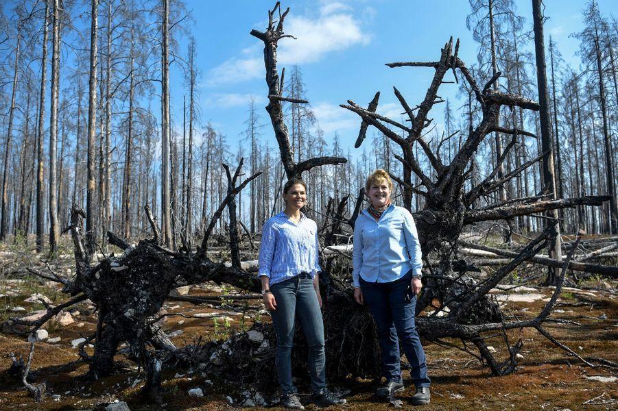 La princesse Victoria de Suède le 26 avril 2019 dans le Västmanland, dévasté par un feu de forêt en 2014