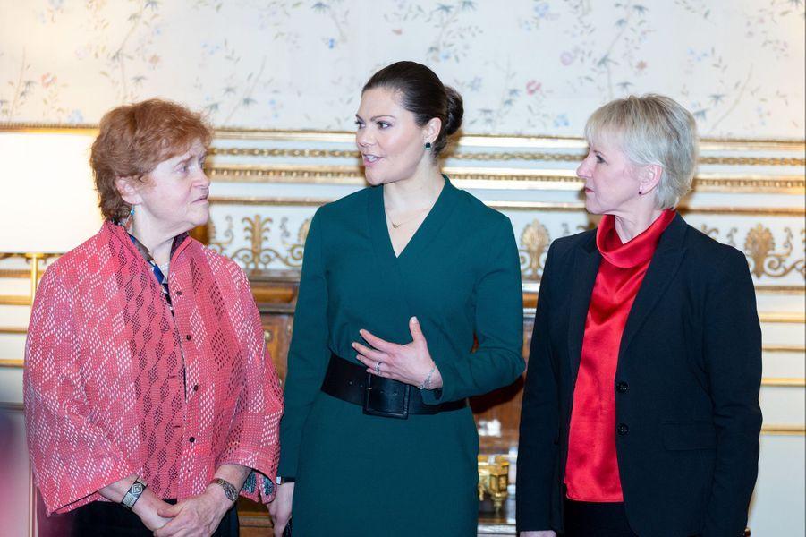 La princesse Victoria de Suède avec l'historienne américaine Deborah Lipstadt et la ministre des Affaires étrangères Margot Wallström à Stockholm, le 28 janvier 2019
