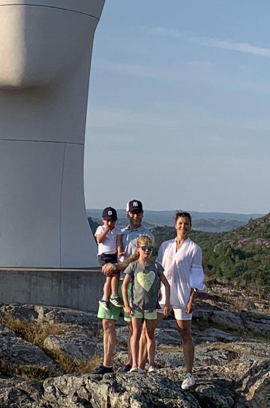 La princesse Victoria de Suède, le prince Daniel et leurs enfants la princesse Estelle et le prince Oscar dans le Bohusland, à l'été 2019 (détail de la photo précédente)