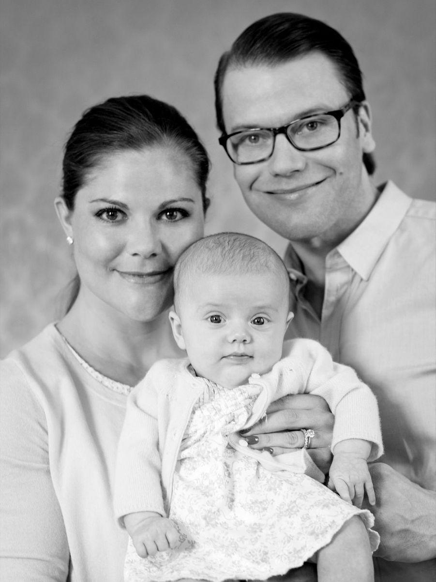 La princesse Victoria de Suède avec son époux Daniel et leur fille Estelle, après sa naissance en février 2012