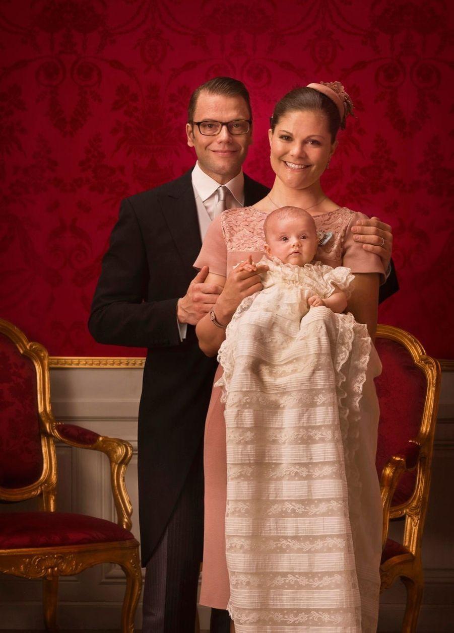 La princesse Victoria de Suède avec son époux Daniel et leur fille Estelle, après son baptême en mai 2012