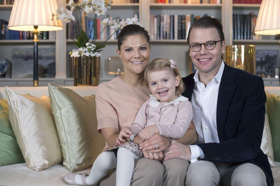 La princesse Victoria de Suède avec son époux Daniel et leur fille Estelle, en décembre 2014