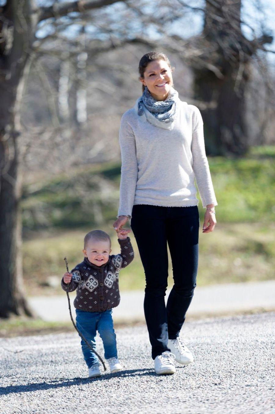 La princesse Victoria de Suède et sa fille Estelle, en avril 2013