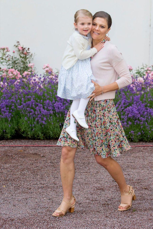 La princesse Victoria de Suède et sa fille Estelle, en juillet 2015