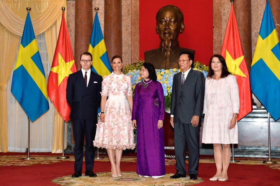 La princesse Victoria de Suède et le prince Daniel avec la vice-présidente Dang Thi Ngoc Thinh à Hanoi au Vietnam, le 6 mai 2019