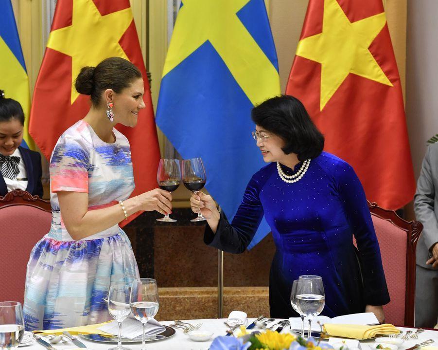 La princesse Victoria de Suède avec la présidente de l'Assemblée nationale Dang Thi Ngoc Thinh à Hanoi au Vietnam, le 6 mai 2019
