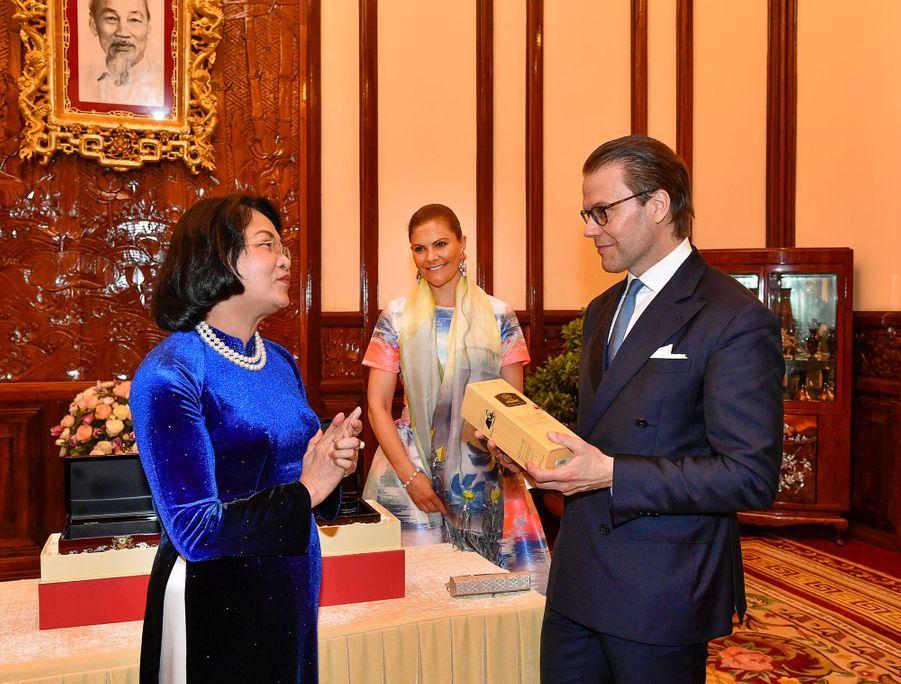 La princesse Victoria de Suède et le prince Daniel avec la présidente de l'Assemblée nationale Dang Thi Ngoc Thinh à Hanoi au Vietnam, le 6 mai 2019